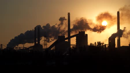 ozón : Factory pipe polluting air at sunrise. Environmental Problems.