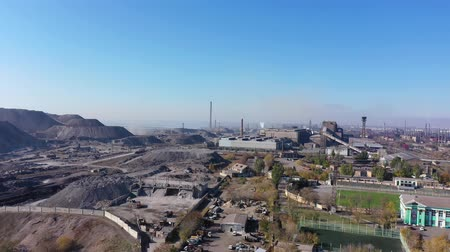 дымоход : Industrial plant and slag mountains aerial view.