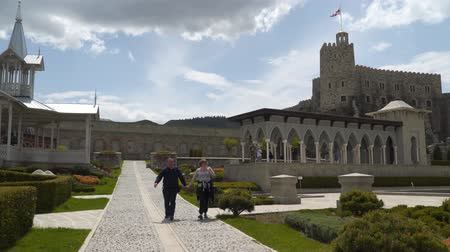 Akhaltsikhe, Georgia - May 7, 2019: Tourists visiting Rabati Castle. Rabati Castle is a fortress in Akhaltsikhe, Georgia. Vídeos