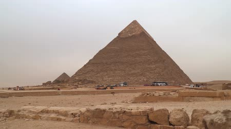 плато : The Pyramid of Khafre or of Chephren is the second-tallest and second-largest of the Ancient Egyptian Pyramids of Giza Стоковые видеозаписи