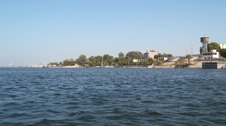 ルクソール : The coast of the Nile River in Luxor. Egypt View from a floating boat