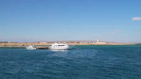 conveniente : Yacht and motor boat at the pier. The shore of the Red Sea. View from the sea Stock Footage