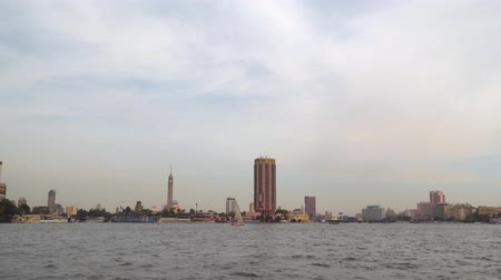 nílus : Cairo, Egypt - January 14, 2020: Architecture on the banks of the Nile River in Cairo Stock mozgókép