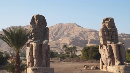 bálvány : Egypt art. The Colossi of Memnon are two massive stone statues of the Pharaoh Amenhotep III, who reigned in Egypt during the Dynasty XVIII.