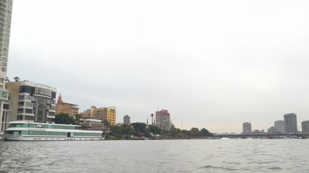 kahire : Cairo, Egypt - January 14, 2020: Buildings on the banks of the Nile River in Cairo, the capital of Egypt. View from a floating boat. Overcast weather