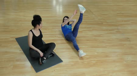 yoğunlaşma : Athletic instructor shows supine exercise for legs and arms. Personal fitness trainer woman working with a client Stok Video