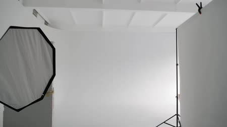 reflektör : Professional photo studio with a large white cyclorama Stok Video
