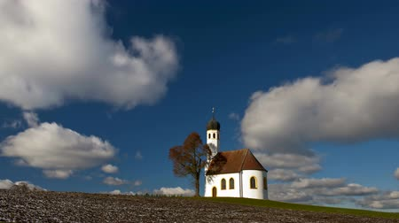 grande angular : Timelapse of moving clouds over romantic chapel