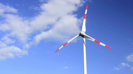 grande angular : Moving wind mill on blue sky