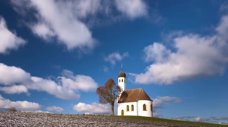 바이에른 : Timelapse of moving clouds over romantic chapel in Germany