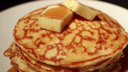 garfos : 1448 Pouring Syrup on Pancakes Stack with Butter.mov Vídeos