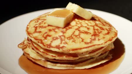 garfos : 1450 Pouring Syrup on Pancakes Stack with Butter.mov Vídeos