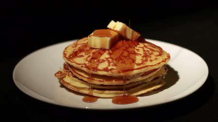 garfos : 1446 Pouring Syrup on Pancakes Stack with Butter.mov Vídeos