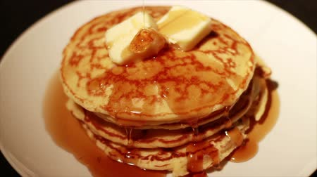 garfos : 1451 Pouring Syrup on Pancakes Stack with Butter.mov Vídeos