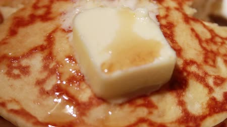 çatallar : 1454 Pancakes Stack with Melting Butter and Syrup.mov