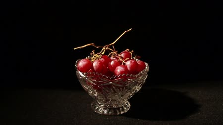 winogrona : 1509 Grapes Falling into Glass Bowl .mov