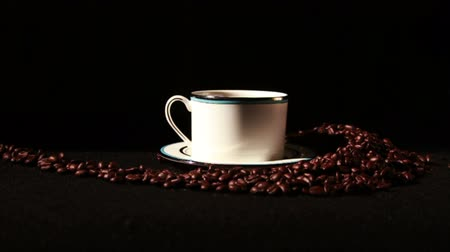 grãos de café : 1581 Coffee Beans and Coffee Cup.mov