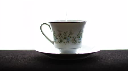 kopje thee : 1592 tea Cup met Water wordt gegoten in it.mov Stockvideo