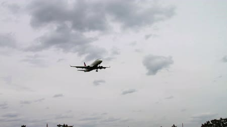 pulling off : 1265 Jet Airplane Landing at Airport.mov