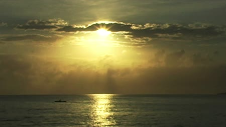 kano : African Sunrise Over the Indian Ocean with Fishing Boat  Stok Video