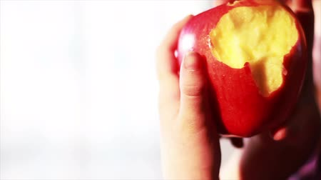 descamação : Child Eating an Apple , Slow Motion