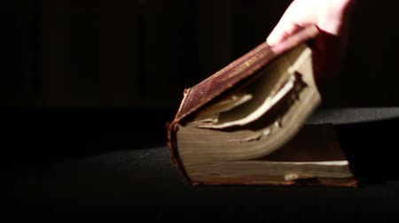 livros : Opening Ancient Giant Book