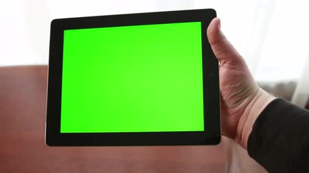 reklama : Using Tablet Device with Green Screen