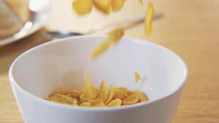 flocos de milho : Putting Cornflakes Into a Bowl