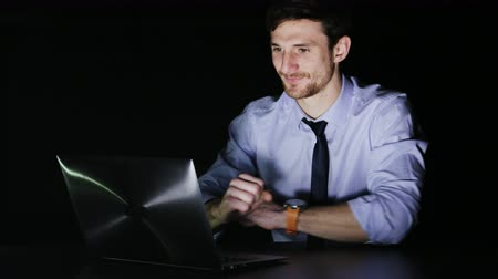 trabalho : Young Businessman Smiling During Overtime Vídeos