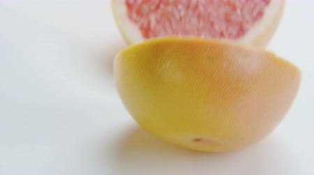 grejpfrut : Grapefruit Halves on White Background Wideo