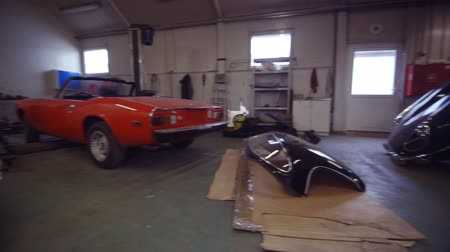 esquerda : Three Classic Cars in a Workshop. Camera Moving Left. Cars Ready to Restore