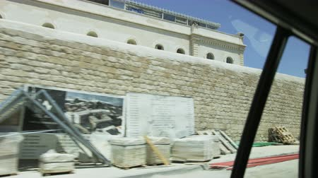 izrael : Car Riding Along a Metal Fence in a Mediterranean City