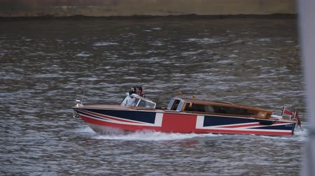 parlamento : Motorboat Moving Quickly On the Thames River Stok Video