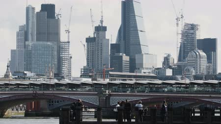 parlamento : People Gathering Near the Blackfriars Bridge Stok Video