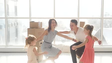transportar : A young family enjoys moving to a new home. Embrace all together