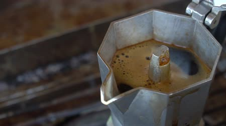 usado : How to making coffee with Moka pot, close up hot coffee in Moka pot, selective focus and free space for text, Industrial food and drink concept.