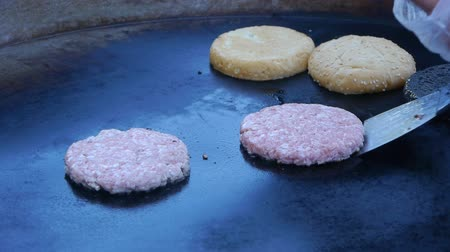 queimado : Cook uses a blow torch to melt cheese on a meat cutlet. Chef melts cheese on a burger using a blow torch.