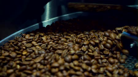 grãos de café : Cooling coffee beans after roasting. Roasting machine, close-up