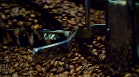 descafeinado : Cooling coffee beans after roasting. Roasting machine, close-up