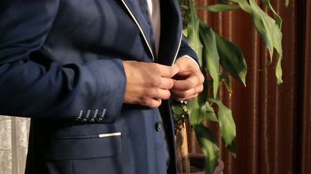 носить : Man fasten buttons on jacket
