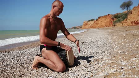 kultúra : Djembe traditional Drum Player beat rythm on the lonely beach