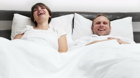 piada : Wife and Husband watching Funny Movie and much laughing