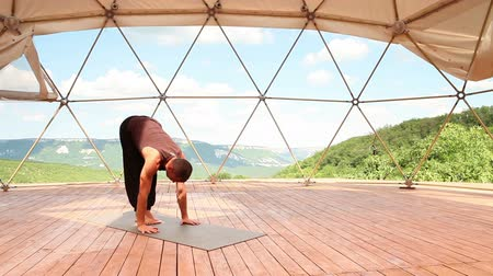 fitnessstudio : Yoga-Mann-Handstand-Pose im Mountain Trainingscenter  Videos