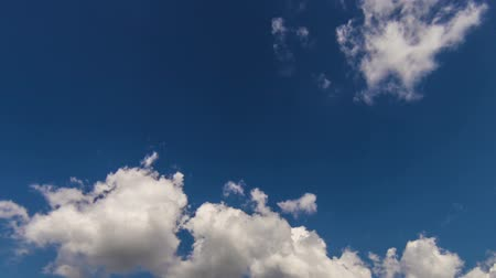 mozgás : White clouds slowmotion timelapse on the blue sky