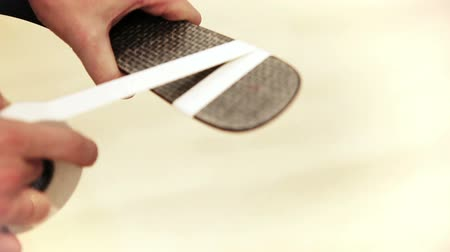 хоккей : Ice Hockey player Tape A Hockey Stick Blade