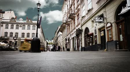 Украина : Crowded old city street with time lapse sky. Lviv,Ukraine
