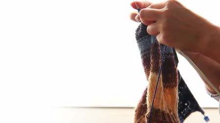 crochê : Woman knitting: hands with sunny day background