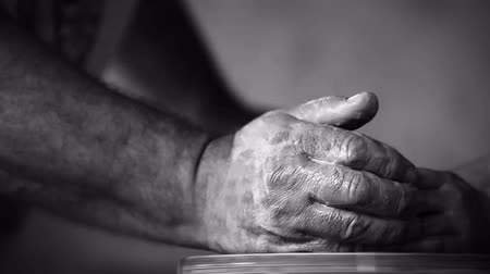 criatividade : Hands of old potter and young follower