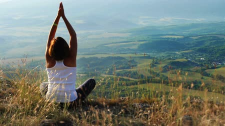 wspinaczka górska : Young woman meditated on mountain top