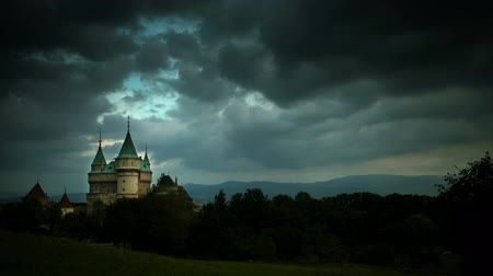 готический : Stormy clouds gather over Bojnice Castle Time-lapse